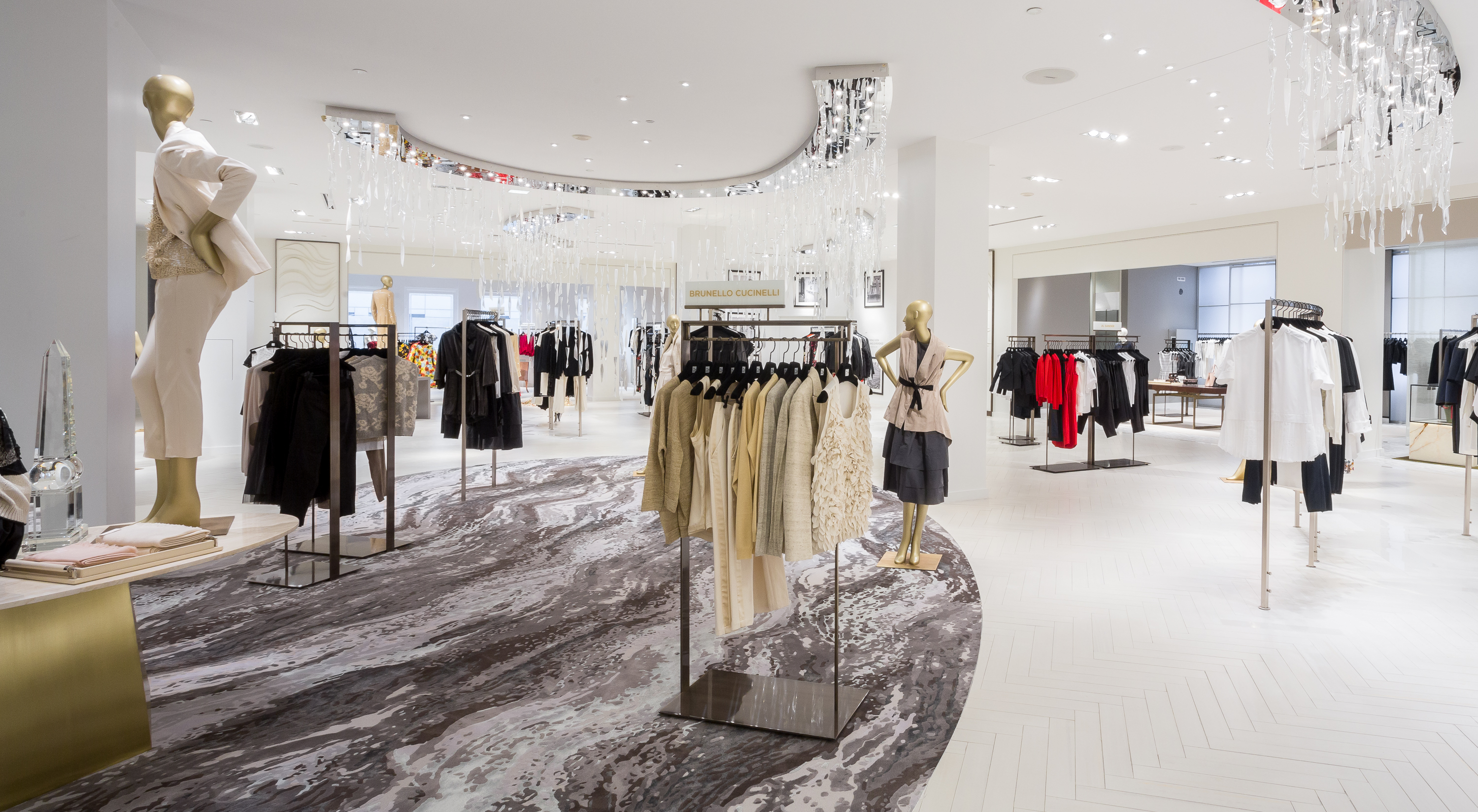 saks fifth ave Saks fifth avenue is renowned for its superlative selling services and merchandise offerings the best of european and american designers for men and women are offered throughout the store.